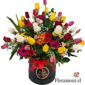Caja con rosas y flores primaverales